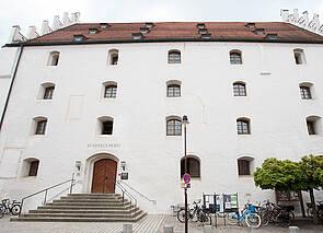 Stadtbücherei: Auf dem Foto ist die Vorderansicht der Stadtbücherei Ingolstadt, der Herzogskasten, zu sehen.
