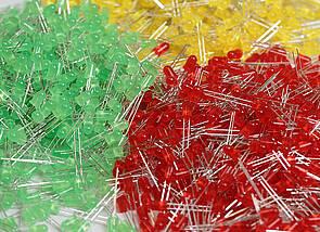 Dioden: Auf dem Bild sind grüne, rote und gelbe Dioden zu sehen, die in kleinen Haufen zusammengeschoben sind.